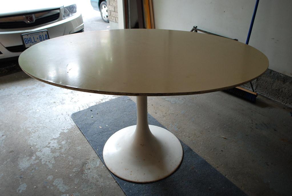 Oval tulip table, Saarinen-style