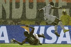 Copa do Brasil 2010 (Final) - Jogo Vitria x Santos (Lo Pinheiro - Fotgrafo) Tags: brasil do chuva vitria final santos wallace jogo brasileiro esportes copa futebol 2010 robinho