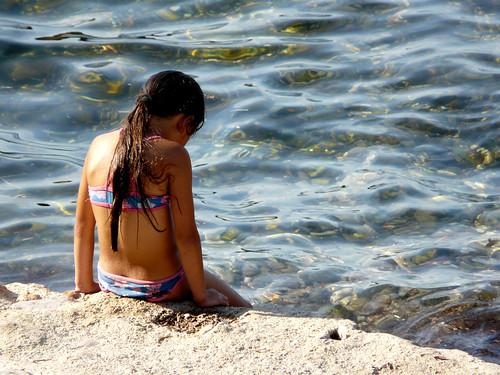 La niña de la orilla