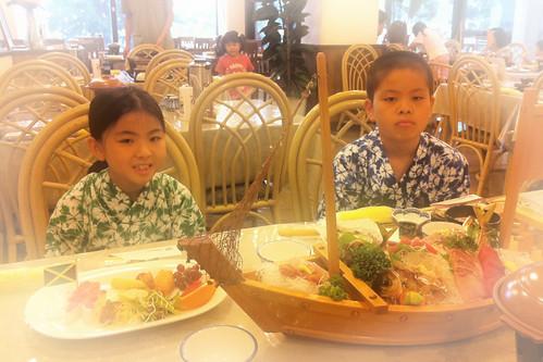宿で夕食。魚が美味い!やっぱり旅行は良いな。