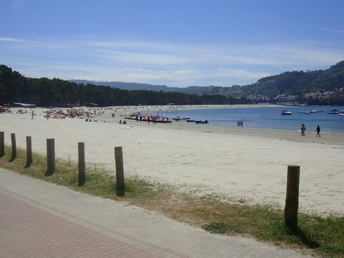 Vista de la playa y el pueblo de Puentedeume al fondo