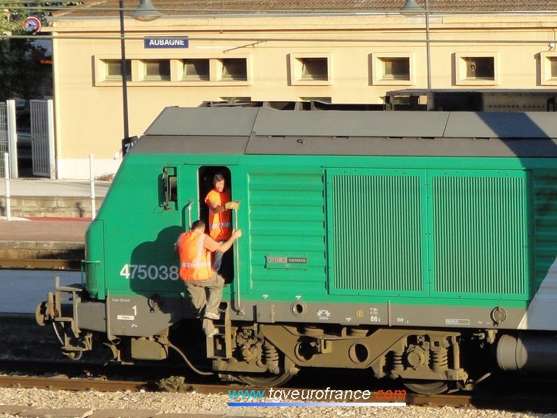 Gros plan sur le bogie d'une locomotive BB 75000 de Geodis FRET SNCF