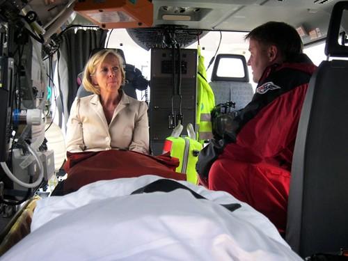 Helseministeren på besøk hos ambulansetjenesten. Kanskje burde hun vært innlagt? Foto: Helse- og omsorgsdepartementet. CC-BY-ND