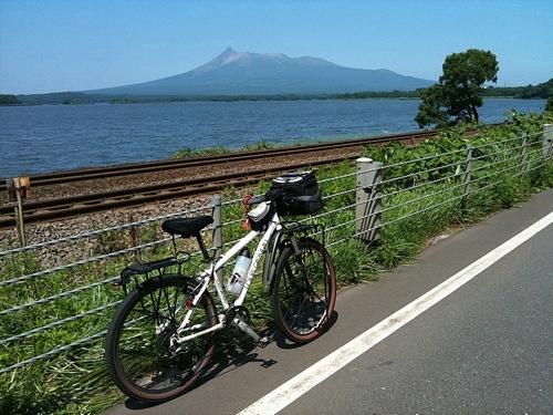 駒ケ岳と小沼湖と函館本線の線路
