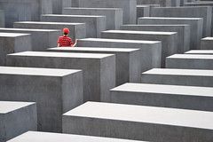 Holocaust Memorial, Berlin (difridi) Tags: red berlin rot lines germany deutschland geometry petereisenmann mitte holocaustmemorial denkmal geometrie memorialtothemurderedjewsofeurope linien stelen difridi