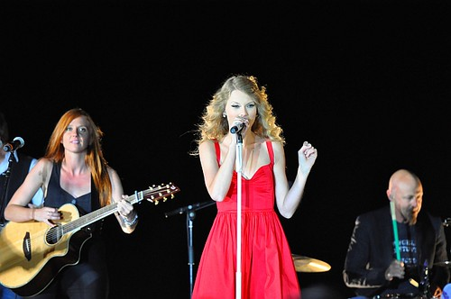 Taylor Swift in Kennbunkport Maine 75