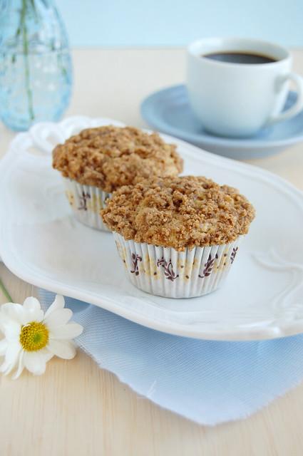 Cinnamon crumb muffins / Muffins de canela com farofinha de canela