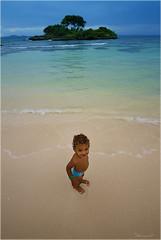 el nàufrag feliç ... (Seracat) Tags: beach canon island kid dominicanrepublic playa caribbean carib jordi niño plage isla cayo nen platja santodomingo illa caribe île caraibes repúblicadominicana samaná cayolevantado seracat