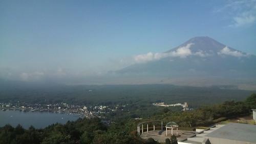 山中湖にいます。富士山どーん。今から疲労抜き一周ジョグ(富士 山でなく山中湖)。