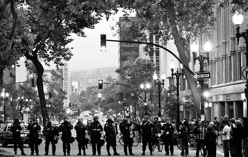 Riot Police Hold Line at 15th and Broadway, Oakland Riots, 2010 da Thomas Hawk.