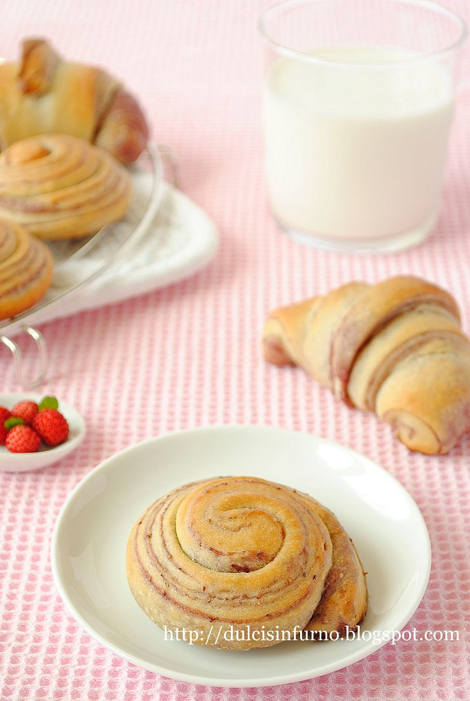 Girelle e Cornetti  con Sfogliatura ai Frutti Rossi-Rolls and Croissants with Red Fruit  Layers