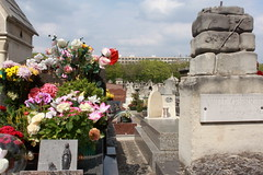 Im Hintergrund das Grab von Juliette und Man Ray