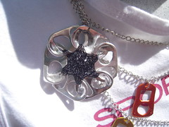 Aluminium Flower Necklace (Orquidea) Tags: artesanato craft recycling reciclagem pulltabs anilhas lacres poptabs takenbyorquideapires handmadebyorquideapires criatividadeemmovimento