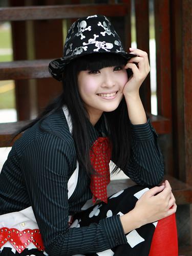 [フリー画像素材] 人物, 女性 - アジア, 帽子, 頬杖, ブラウス, 台湾人 ID:201110121000