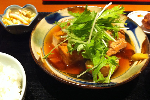 沖縄から帰って数日なのに、今日の昼飯はラフテー定食。