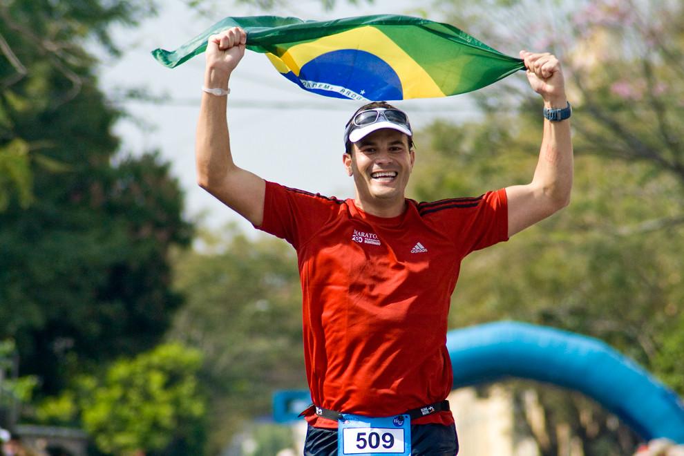 El Brasilero Regis Lourenco a punto de cruzar la meta con mucha felicidad para conquistar su posicion 74 en las generales de 42km masculino con un tiempo de 03:47:13.  (Diego Ayala - Asunción, Paraguay)