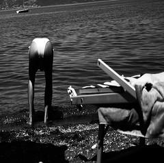 stRangE facE (Anim du zkukkuiz) Tags: bw white lake ass water strange face lago mine view leg illusion bikini stupid culo smorfia facciadaculo nocutpaste