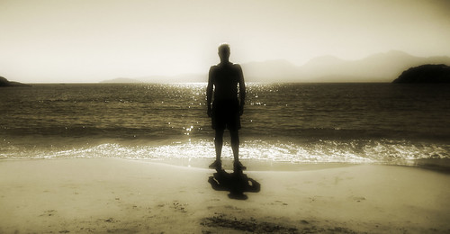 [フリー画像] 人物, 人と風景, ビーチ・砂浜, シルエット, モノクロ写真, 201008201900