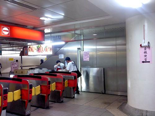 台北。台北車站的台鐵便當