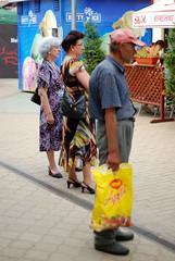 Trei doamne si toti trei (Anca Iordache) Tags: street ladies man hat yellow bag three focus boots expression sandals watching bored hairdo romania attention magi vatradornei appetit d80