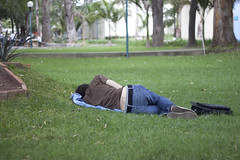 Do not disturb (Gerardography) Tags: sleeping green college grass dream pasto universidad sueño disturb univeristy durmiendo soñando
