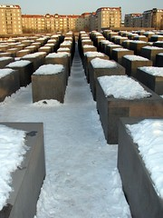 Holocaustmahnmal (Jonny__B_Kirchhain) Tags: schnee winter white snow berlin blanco monument germany deutschland memorial monumento hiver nieve blanca neve alemania invierno neige jews bianca blanche inverno allemagne  bianco blanc germania juden denkmal holocaustmahnmal berlinmitte   weis stelenfeld   mmorial      repubblicafederaletedesca