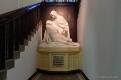 Unter der Treppe im St. Hedwig Krankenhaus (Sockenhummel) Tags: fuji x30 fujifilm finepix skulptur sculpture sthedwigkrankenhaus berlin mitte krankenhaus pietà