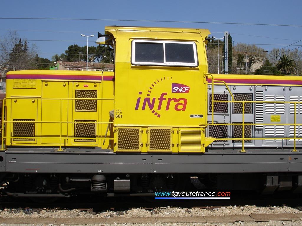 La locomotive BB69276 arbore la livrée jaune et grise de la branche Infrastructure de la SNCF.
