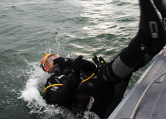 Making a Splash (US Navy) Tags: training boat barco military gear eod militar diver usnavy buceo ocano unitedstatesnavy buceador