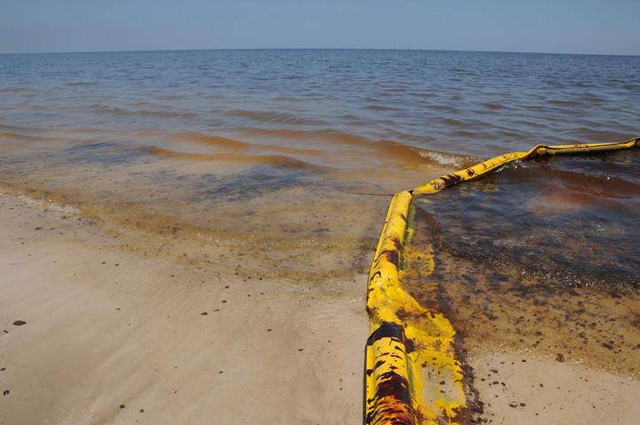 oil in water and on boom_7763 web