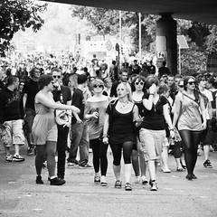 (city/human/life) Tags: bridge light party people music sun beer sunglasses festival walking glasses licht essen nikon bottles crowd police menschen heat bier musik sonne ruhr ruhrgebiet chl hitze krach d90 essenwerden umsonstunddraussen nikond90 werdenopenair cityhumanlife