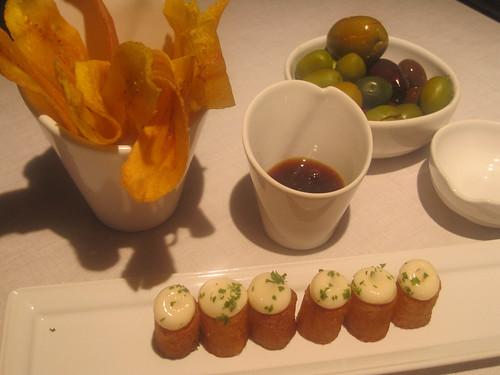Patatas Bravas, Chips de platano y aceitunas
