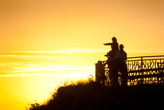 Biarritz Sunset, France, 2010 (lambertwm) Tags: family sunset people orange holiday france yellow backlight fence photography vakantie zonsondergang frankreich tramonto fotografie photographer sonnenuntergang child familie kinderen silhouettes frana prdosol parent frankrijk geel francia ouders  oranje  tegenlicht paysbasque puestadelsol coucherdusoleil againstthelight fransa  hekwerk atlanticcoast fotograaf sudouest    cteatlantique  biarrritz