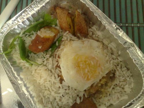 a marmita bem brasileira: tutu de fejião, arroz branco, banana da terra, bisteca de porco e ovo frito... #meiahora