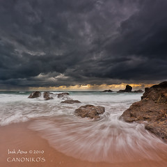 Agosto invernal  / Winter in August (saki_axat) Tags: sunset sea summer seascape beach water canon landscape mar sand rocks waves playa coastal bizkaia euskalherria vizcaya basquecountry bakio 50d canonikos