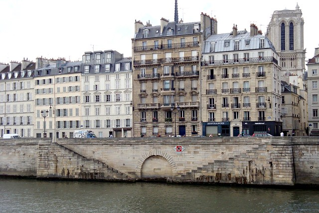Anciens maisons au bord de la Seine v