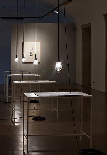 Instalación mesas-carteles by SUSO BASTERRECHEA