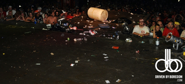 juggalo-throwing-trash-stage