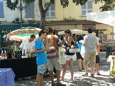 dégustation de miggliacci au marché de Bastia.jpg