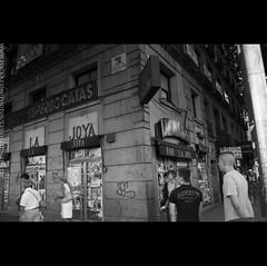Street Madrid (Antonio Manuel Garcia Martinez) Tags: madrid road street espaa white man black blanco car calle spain europa europe y carretera negro movimiento coche esquina moto sombrero asphalt castellana asfalto movment rastas joya motorcicle boxeur bocatas