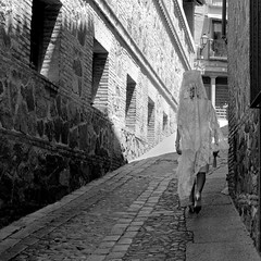 Señora hacia Corpus Christi (zunardu) Tags: street light bw woman blancoynegro donna costume bn espana toledo corpus blancas luce spagna salita brancoepreto processione laseñora zunardu