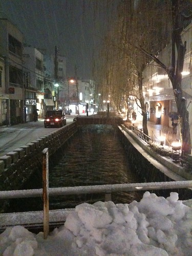 雪と用水路(金沢)