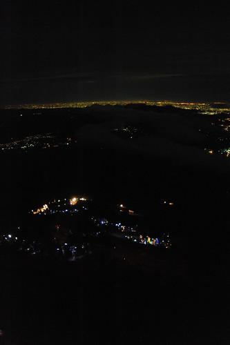 夜景と登山者の列