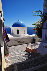 Au détour d'un escalier, Oia (Nijule) Tags: blue island greek nikon bleu santorin blanc grèce escalier chapelle oia cyclades dôme bougainvilliers