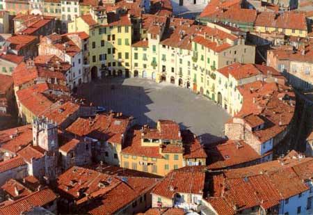 lucca-piazza-anfiteatro1
