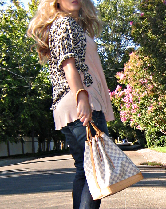 leopard blouse knotted to fit like cropped jacket+jeans+louis vuitton noe azur+peach