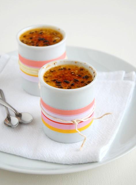Crème brûlée with passion fruit topping / Crème brûlée com cobertura de maracujá