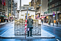 Soldat am Checkpoint Charlie (photo-maker) Tags: city berlin germany army deutschland stadt ddr mitte soldat checkpointcharlie 2010 westberlin grenzbergang grenze ostberlin amerikaner sektor digitalcameraclub allemania sektorengrenze 20100909131104