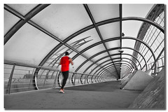 Rojo sobre gris (pimontes) Tags: puente rojo zaragoza correr footing