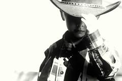 [フリー画像] 人物, 子供, 少年・男の子, カウボーイ, 帽子・キャップ, モノクロ写真, 201010040700